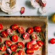 Τραγανά ψητά ντοματίνια με σκόρδο