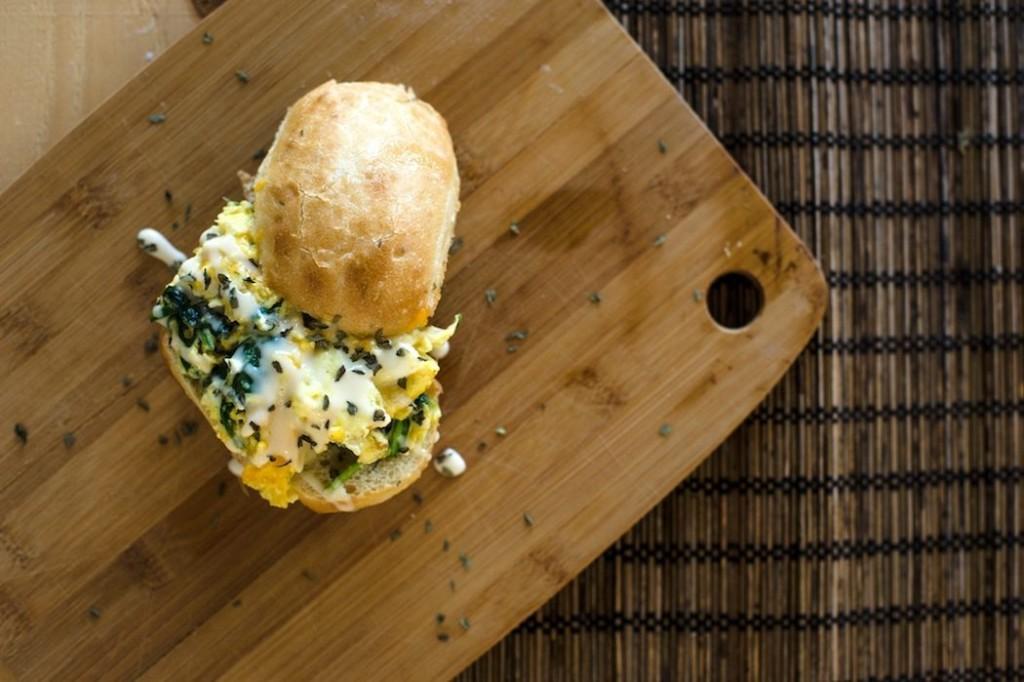 Scrambled eggs σε sandwich βασιλικου