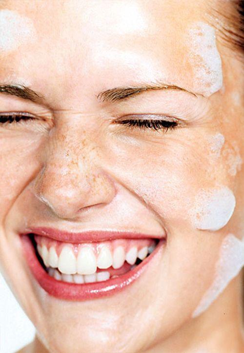 Makeup Remover vs Cleanser μάθε τις διαφορές τους και τι από τα δύο είναι καλύτερο να επιλέξεις