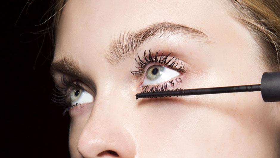Μια ολόκληρη γενιά γυναικών χρησιμοποιεί τη mascara με λάθος τρόπο