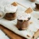 Mousse σοκολάτας, μπισκότα και κρέμα από marshmallows σε ένα ποτήρι