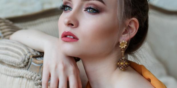 Το μυστικό για να φαίνεται το bronzer σου φυσικό σύμφωνα με μια makeup artist