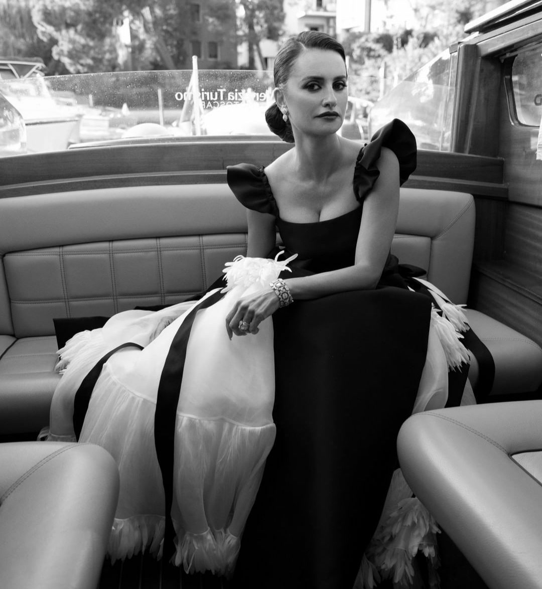 Penélope Cruz Χρειάστηκαν 300 ώρες για ολοκληρωθεί το Chanel φόρεμα της για το Φεστινάλ Κινηματογράφου της Βενετίας