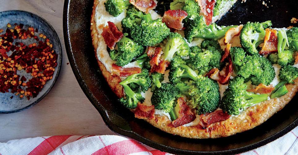 Pizza στο τηγάνι με μπρόκολο και μπέικον
