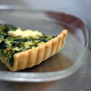 Quiche με σπανάκι, φρέσκα κρεμμύδια και καπνιστό τυρί gouda