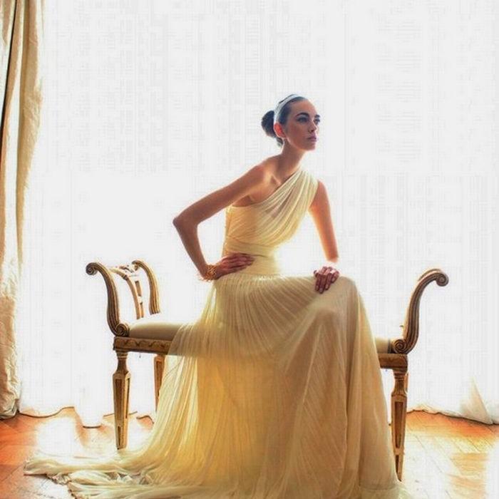RITA PATERONI Φόρεμα με έναν ώμο από μεταξωτή μουσελίνα σε γραμμή σολέιγ. Η Rita Pateroni εμπνεύστηκε από την Αρχαία Ελλάδα και με τις υπέροχες πτυχώσεις δημιούργησε ένα τέλειο νυφικό.
