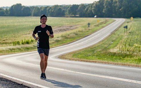 O Sam Bencheghib διασχίζει την Αμερική τρέχοντας για να σώσει τους ωκεανούς