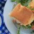 Sandwich με κοτόπουλο, γιαούρτι καιspread πιπεριάς