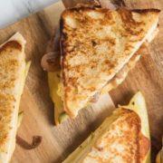 Sandwich με τυριά, καραμελωμένα κρεμμύδια και πίκλες
