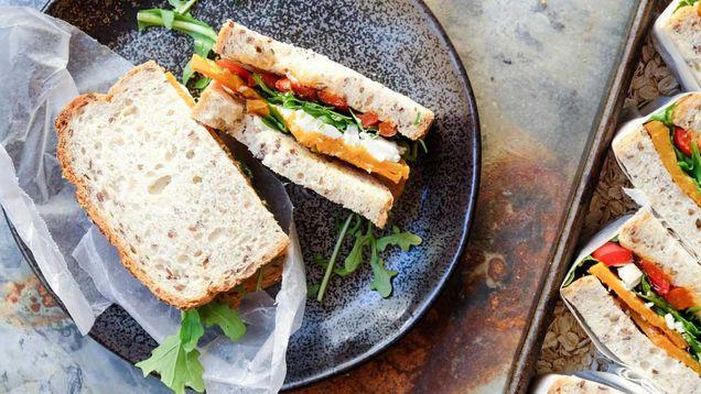 Sandwich με cheddar, μπέικον και βούτυρο με άρωμα bloody Mary