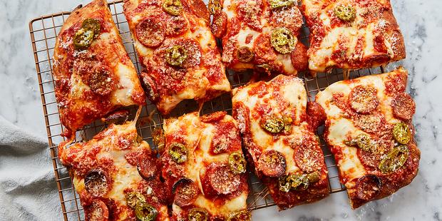 Sicilian-Style pizza με jalapeños και μέλι