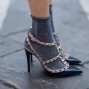 Οι statement κάλτσες είναι το απόλυτο trend του street style look σου