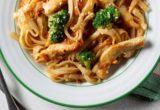 Kοτόπουλο stir-fry με φυστικοβούτυρο και μπρόκολο