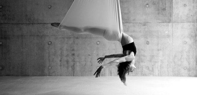 Μήπως ήρθε η ώρα να δοκιμάσεις και εσύ Aerial Yoga μετά την καραντίνα;