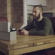 Το indie video που έγινε viral μιλώντας για την πραγματική σημασία των Χριστουγέννων