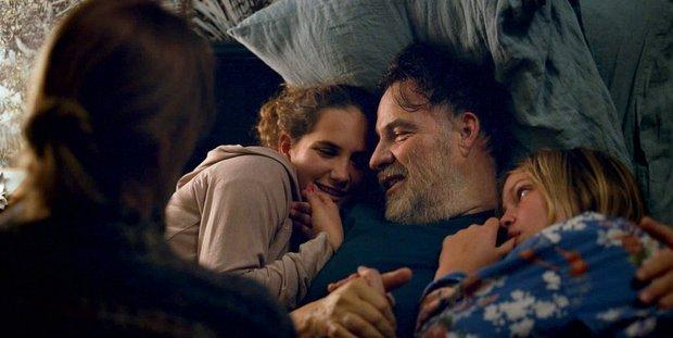 To C'est L'Amour βάζει οικογενειακά και κοινωνικά προβλήματα στο τραπέζι με τον πιο όμορφο τρόπο