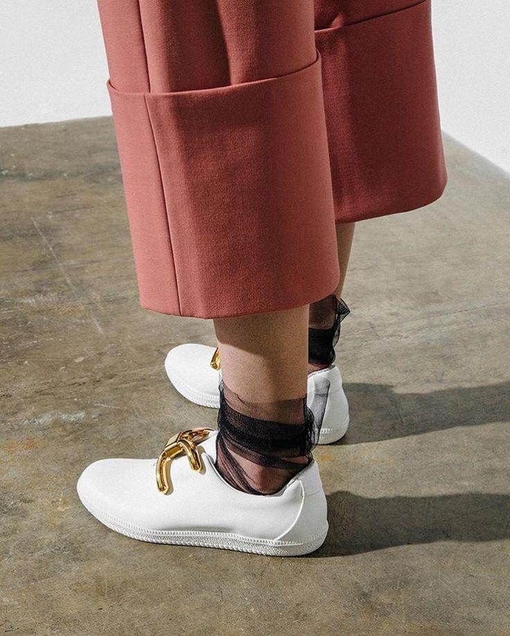 Tulle socks: Η νέα μόδα στις κάλτσες