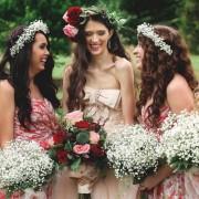 Μια νύφη επέλεξε το ροζ χρώμα για το νυφικό της κι εμείς ερωτευθήκαμε