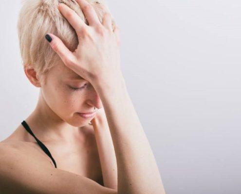 Κάποιες απρόσμενες αιτίες που μπορεί να κρύβονται πίσω από τους συχνούς πονοκεφάλους σου