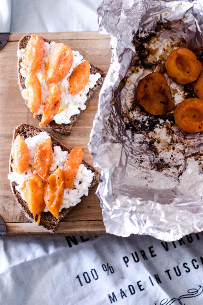 Φρυγανισμενο ψωμι με τυρι cottage και ψητα βερυκοκα
