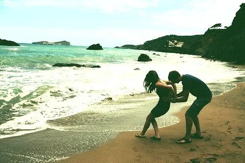 beach-playing-summer-boy-flirt-girl-Favim.com-798910