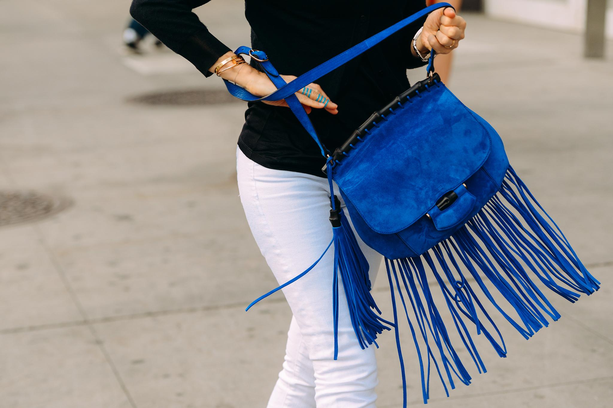 Blue power: Οι τσάντες που θα κυριαρχήσουν τον χειμώνα