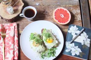 Breakfast time: egg toast με αβοκαντο