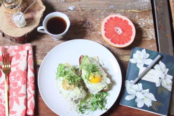 breakfast-time-egg-toast-me-avocado-savoir ville