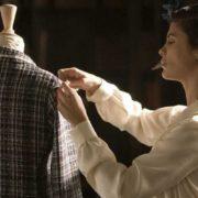 Οι φορές που αναρωτήθηκες ποιο είναι το brand πίσω από ένα look σε μια ταινία και η απάντηση ήταν Chanel