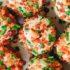 Αυτά τα cheese balls με μπέικον και σχοινόπρασο είναι το ιδανικό finger food του καλοκαιριού