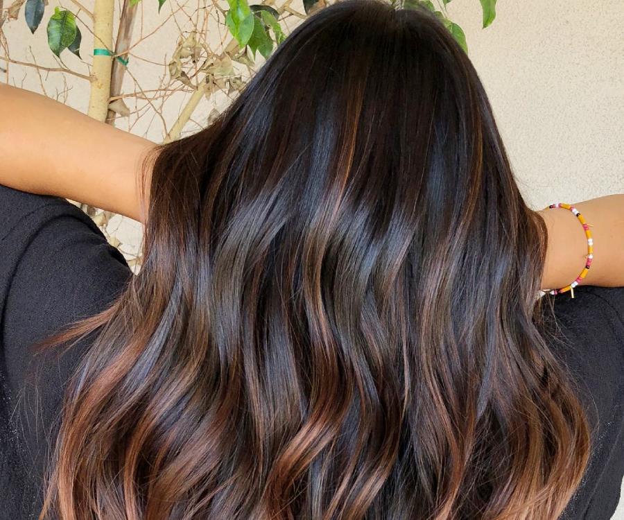 """Η νέα τάση στο balayage λέγεται """"cold brew hair"""" και αφορά τις μελαχρινές"""