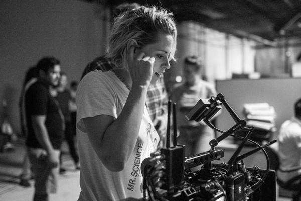 """Η Kristen Stewart κανει το σκηνοθετικο της ντεμπουτο με το """"Come Swim"""""""
