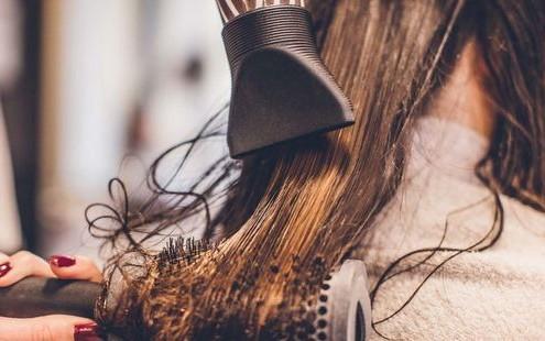Tips για να στεγνώνουν τα μαλλιά σου πιο γρήγορα