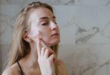 Crystal Skin: Η κορεατική βιομηχανία ομορφιάς μάς δίνει άλλον έναν λόγο να αγαπήσουμε τη φυσική λάμψη του προσώπου