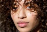 5 tips που χρειάζεται να γνωρίζουν τα κορίτσια με φυσικά σγουρά μαλλιά