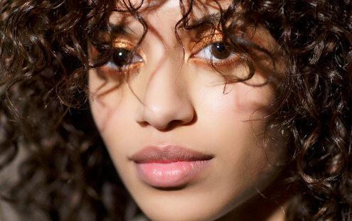 5 tips που χρειάζεται να γνωρίζουν τα κορίτσια με φυσικά curly μαλλιά