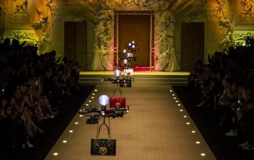 Οι Dolce&Gabbana αντικατέστησαν τα μοντέλα τους με drones