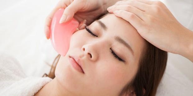 Τι είναι το Gua Sha και πώς μπορεί να αλλάξει το δέρμα σου