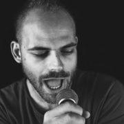 """Ο Πέτρος Παπαμιχαήλ με τα τραγούδια του ψάχνει μονίμως το """"γιατί"""""""