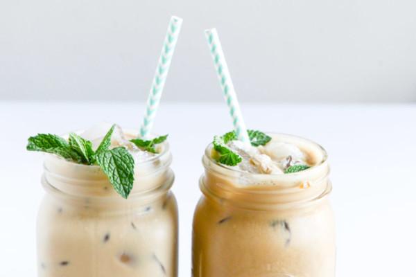 παγωμένος καφές με σιρόπι μέντας