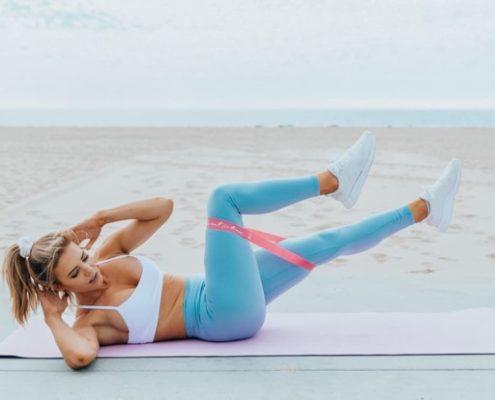 Μια full- body προπόνηση με λάστιχο που μπορείς να κάνεις κυριολεκτικά παντού