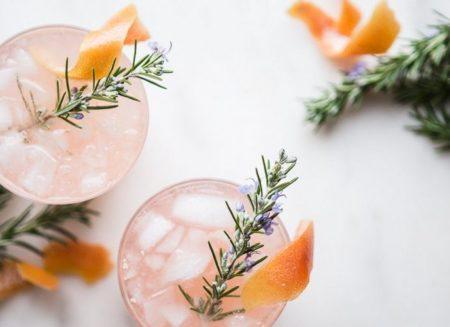 Gin Fizz με γκρέιπφρουτ και κάρδαμο