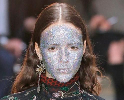 Τα μοντέλα εμφανίστηκαν με glitter σε ολόκληρο το πρόσωπο στο fashion show του Giambattista Valli