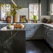 Αυτή η moody blue κουζίνα θα σε κάνει να αναθεωρήσεις τις απόψεις σου