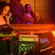 Οι πρώτες φωτογραφίες αποδεικνύουν ότι η Zoe Kravitz ήταν η κατάλληλη επιλογή για τη σειρά High Fidelity