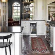Η ανακαίνιση μιας 90s κουζίνας που θα σε συναρπάσει