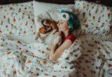 Οι απαντήσεις στα βασικά ερωτήματά γύρω από το αν είναι ΟΚ να κοιμάσαι με τον σκύλο σου