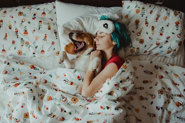 Οι απαντήσεις στα βασικά ερωτήματά σου για το αν είναι ΟΚ να κοιμάσαι με τον σκύλο σου