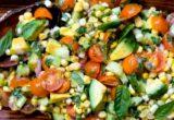Η χορταστική σαλάτα με καλαμπόκι, αβοκάντο και βασιλικό είναι το ελαφρύ γεύμα που έψαχνες