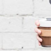 5 reusable ποτήρια που θα μετατρέψουν τον καθημερινό σου καφέ σε fashion statement